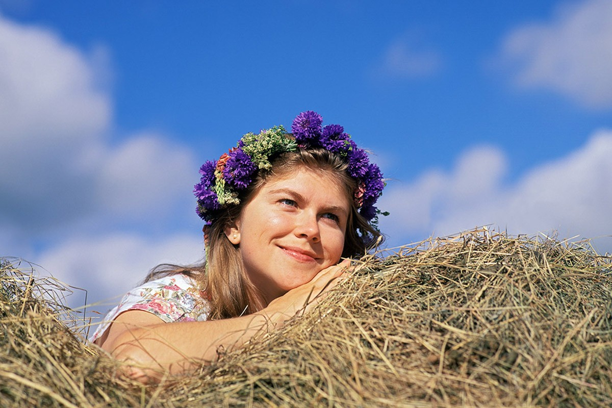 Midsommar flicka med midsommarkrans foto Christian Nilsson Objektivtest.se