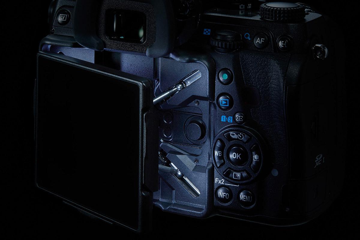 Pentax K-1 LED-ljus bakom skärmen lyser upp i mörkret