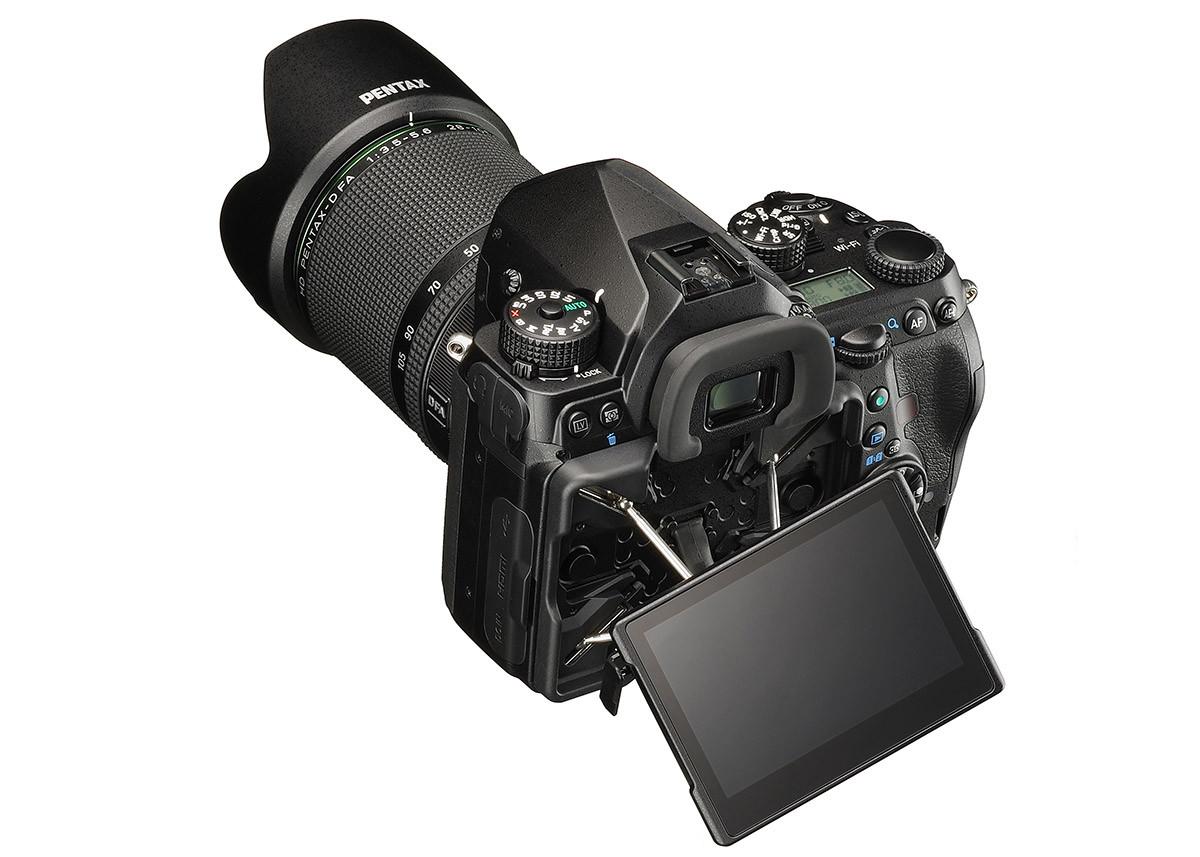 Pentax K-1 med vridbar Cross-Tilt skärm