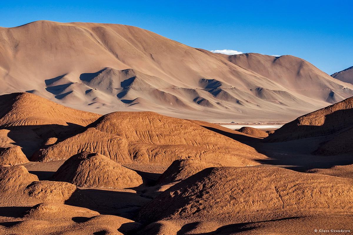 Kullar av stelnad jord, på fackspråk kallas de yardangs. Claes Grundsten landskapsfotograf blogg om Argentina.