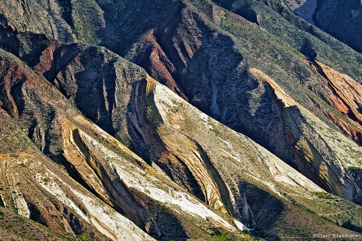 Nära byn Tilcara i Quebrada de Humahuaca kan man fotografera dessa åskådliga bergveck. Fotograferad med Fujifilm X-T1 och telezoomen Fujinon XF 55-200 mm R LM OIS.