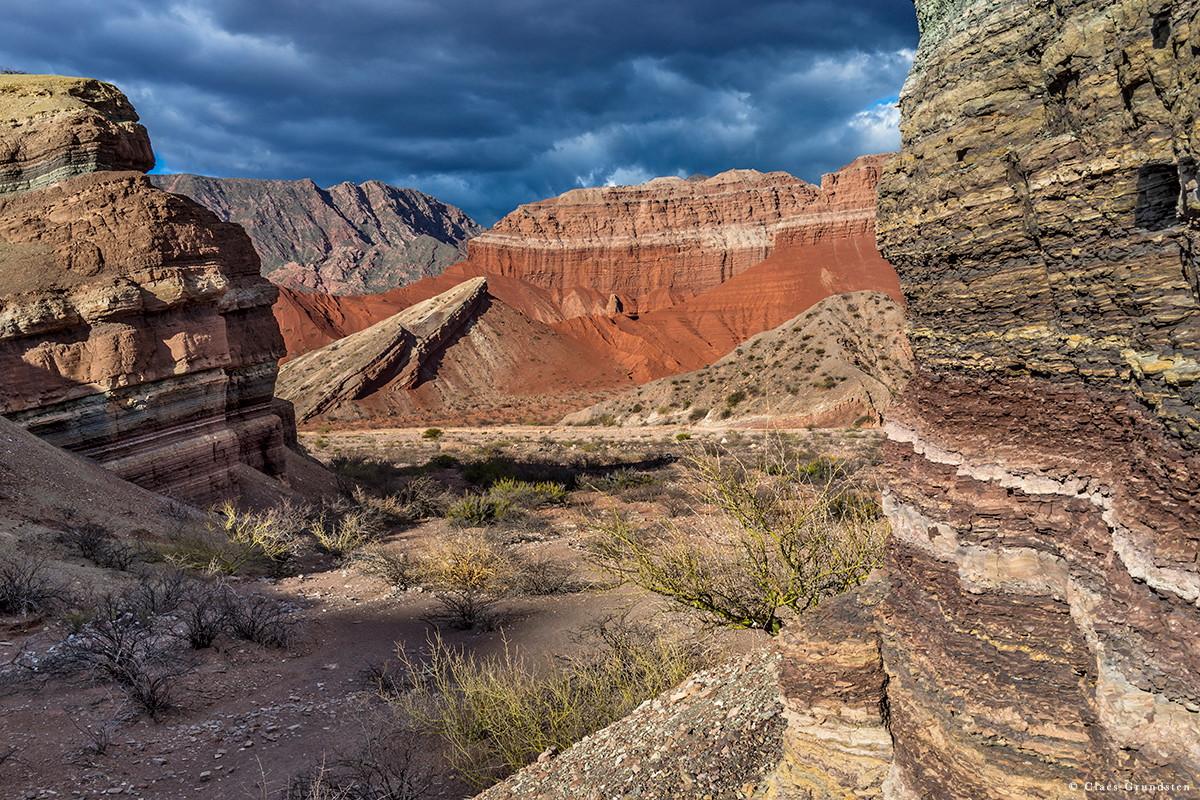 Claes Grundsten naturfotoblogg. Lager på lager av förstenade sediment i Quebrada de las Conchas i Argentina. De härstammar från både hav och sjöar.