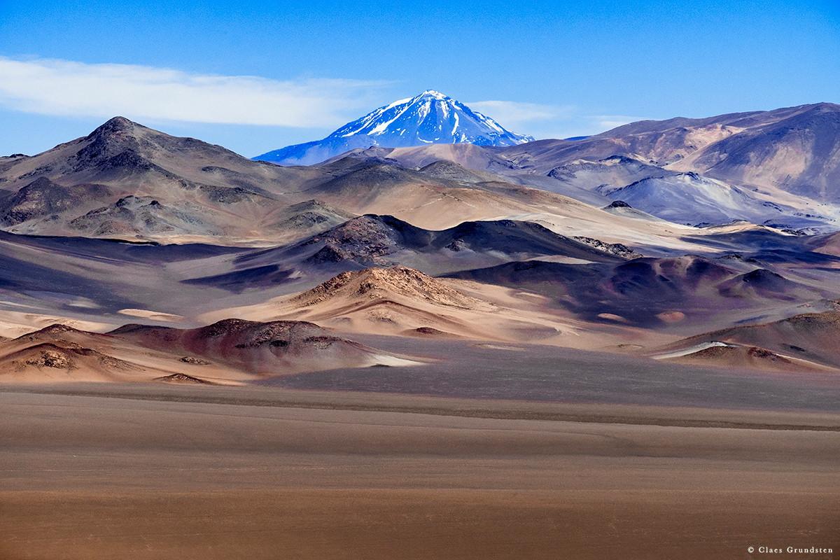 Världens näst högsta men vilande vulkan Llullaillaco. Gränsen mot Chile går strax bakom. Foto Claes Grundsten. Blogg på www.objektivtest.se