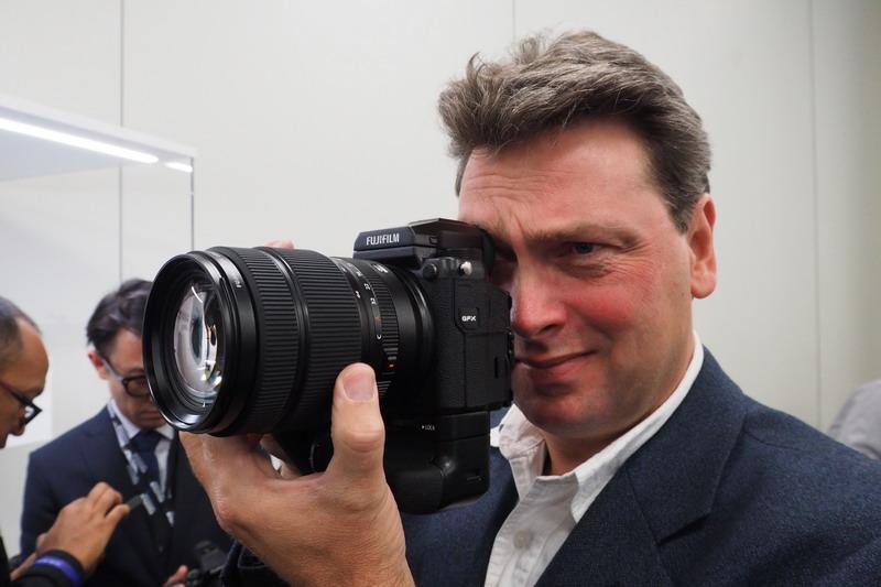 Christian Nilsson på Objektivtest.se provar Fujifilm GFX mellanformatskamera under Photokina 2016