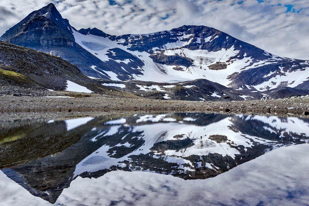 Cales Grundsten spegelbild av topparna Saitaristjåhkkå och Loametjåhhkå landskapsfoto med Sony RX1R